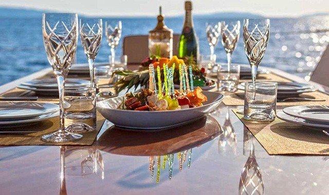 Cenar a bordo de un yate de lujo
